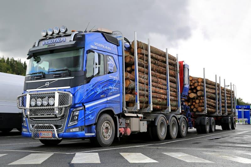 Volvo FH16 700 timmerlastbil och journalsläp arkivfoto