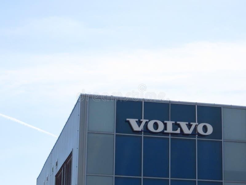 Volvo logo med blå himmel över royaltyfria foton