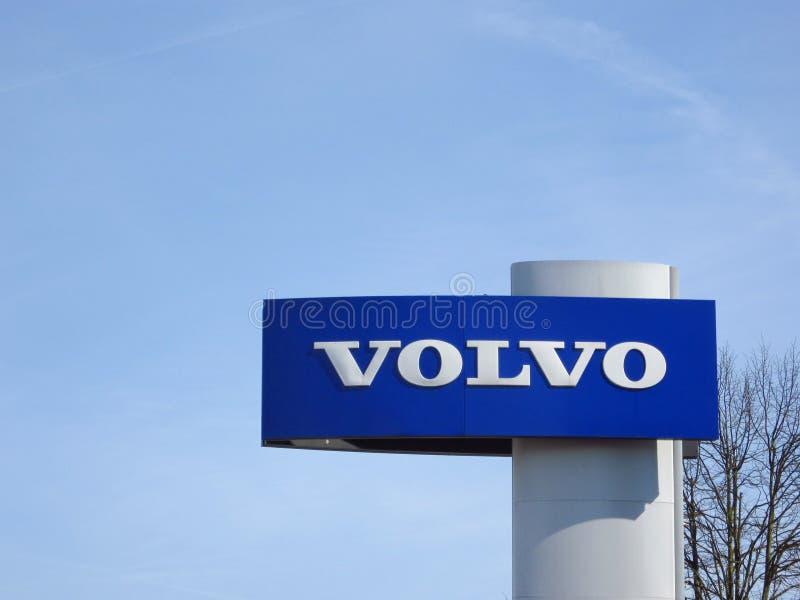 Volvo-Logo mit blauem Himmel oben lizenzfreie stockfotos