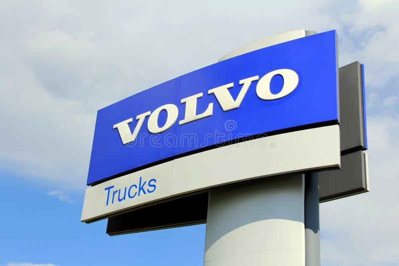 Volvo tauscht Zeichen gegen Himmel lizenzfreie stockbilder