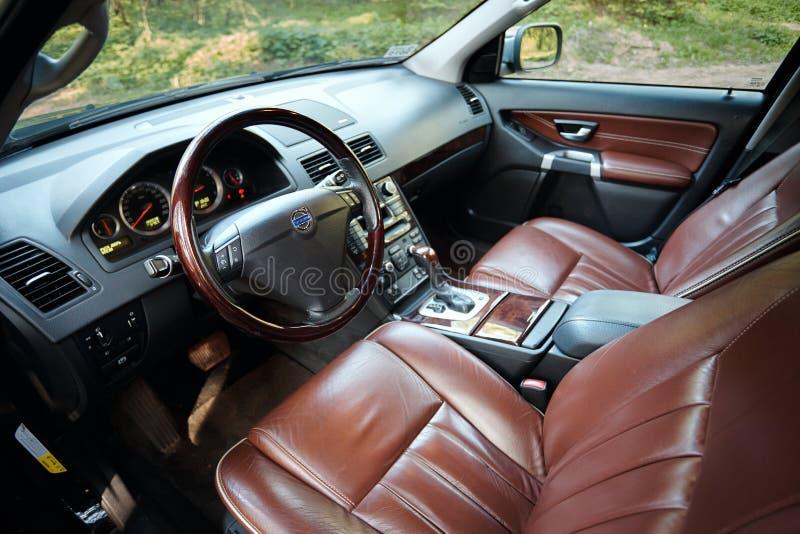 Volvo XC90 4 1. Generation von 4 V8, die braunes Innenleder erstklassigen Autos 4WD SUV mit Waldansicht von der Fahrerseite resty lizenzfreies stockfoto