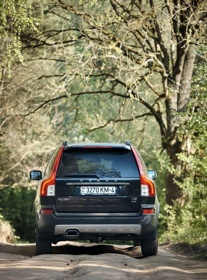Volvo XC90 4 1. Generation von 4 V8, die im Frühjahr Landstraße Probefahrt 4WD SUV mit Stößen auf Waldhintergrund-Rückseitenansic lizenzfreies stockfoto