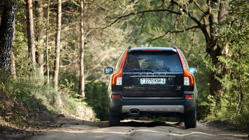 Volvo XC90 4 _4 v8 1. Generation restyling 4WD SUV Probefahrt im Frühjahr Land stoßen Straße lizenzfreie stockbilder