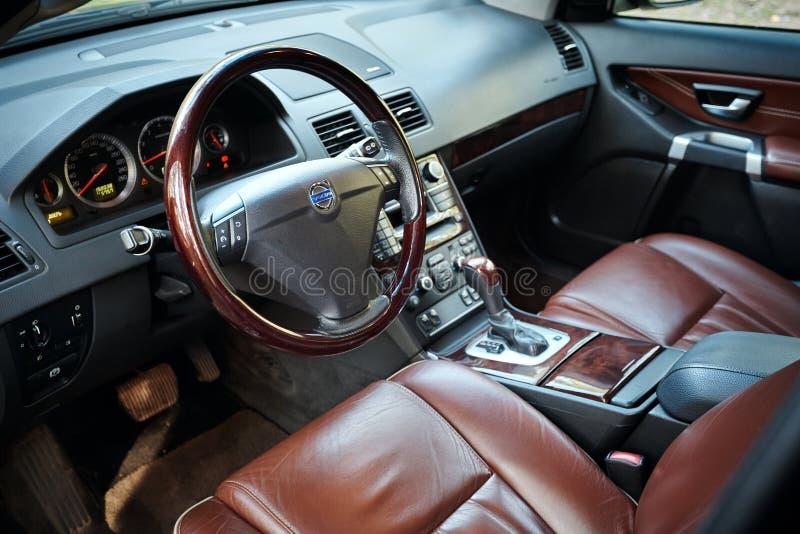 Volvo XC90 4 4 V8 1st pokolenie restyling 4WD SUV premii brązu samochodową wewnętrzną skórę z lasowym widoku zbliżeniem od kierow obrazy royalty free