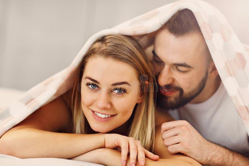 Volwassen aantrekkelijk paar in bed stock afbeeldingen