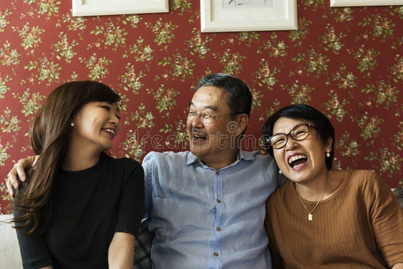 Volwassen Affectie die Toevallige Vrolijke Familie plakken stock afbeeldingen