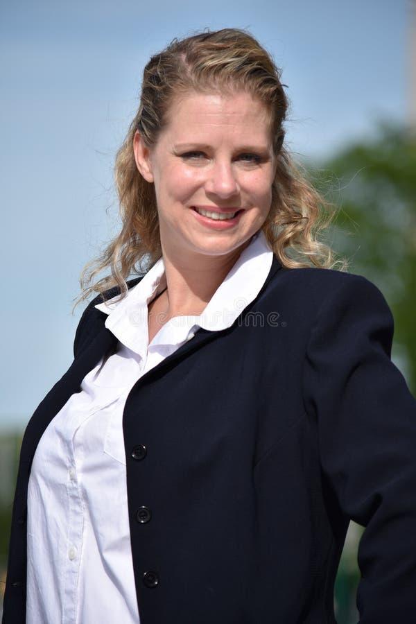 Volwassen Bedrijfsvrouw die Dragend Kostuum glimlachen royalty-vrije stock afbeeldingen