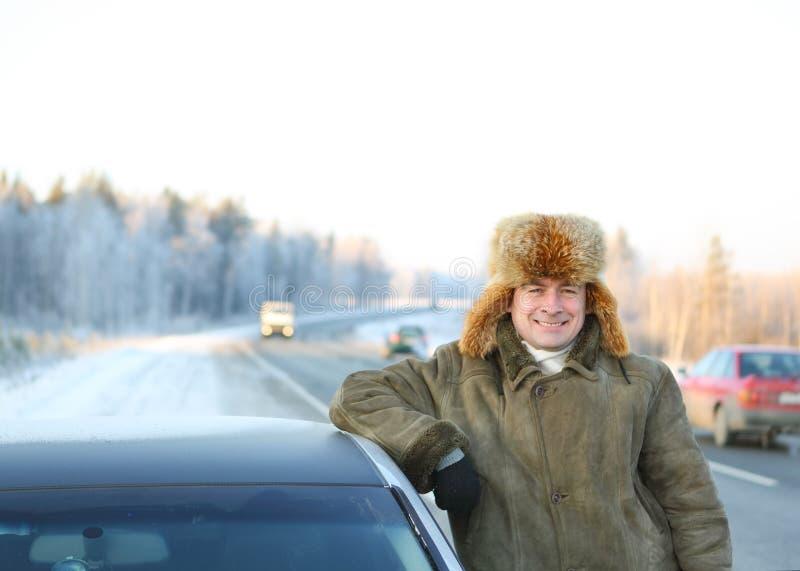 Volwassen bestuurder van de auto stock fotografie