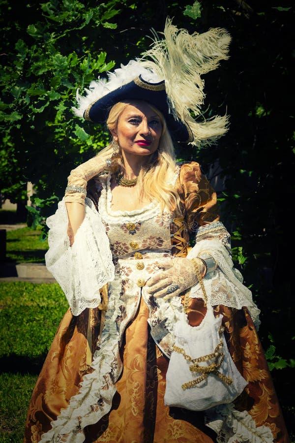 Volwassen blonde vrouw in Venetiaans kostuum openlucht royalty-vrije stock fotografie
