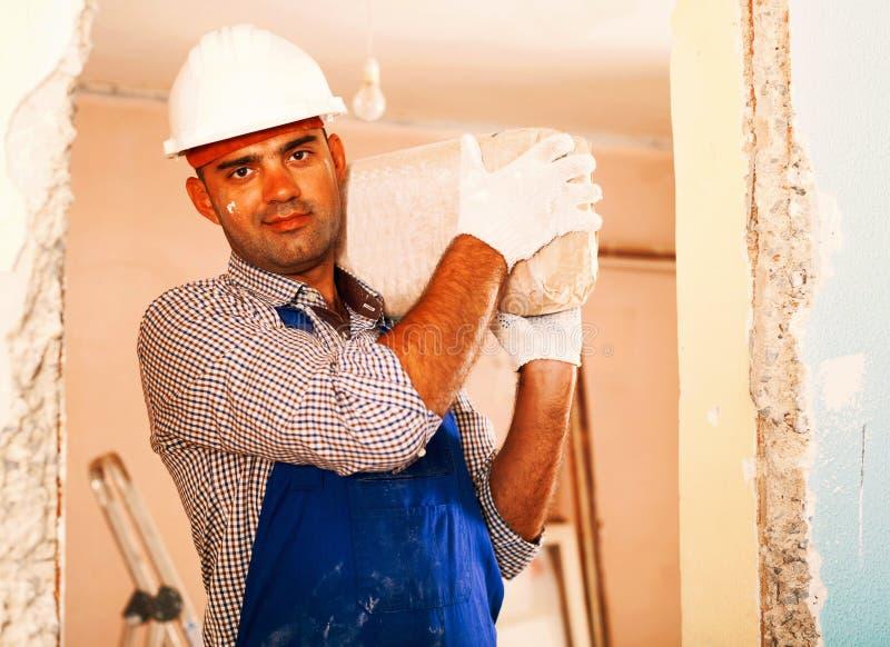 Volwassen de holdingspakket van de mensenbouwer van cement royalty-vrije stock afbeelding