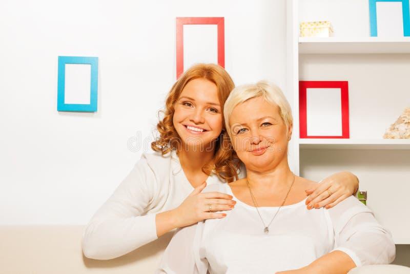 Volwassen dochter en haar moeder royalty-vrije stock fotografie