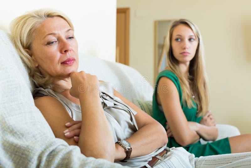 Volwassen dochter en verstoorde moeder die conflict hebben stock foto
