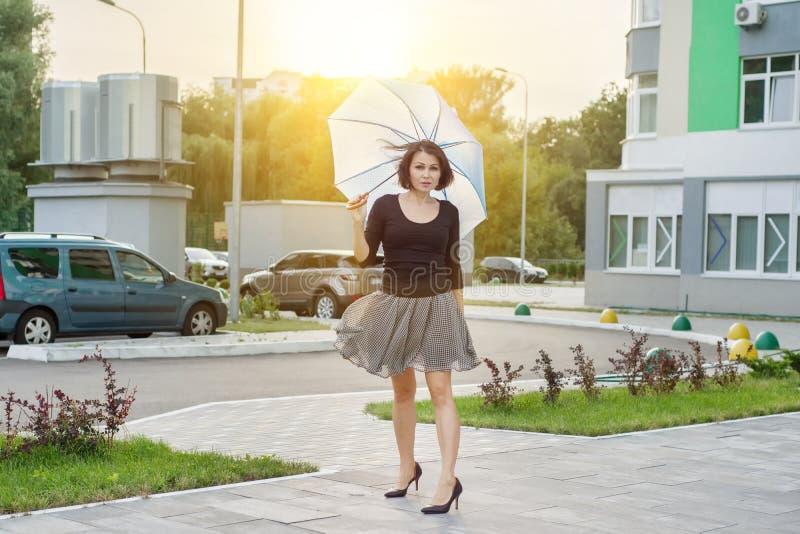 Volwassen donkerbruine vrouw met een paraplu Stedelijke stijl royalty-vrije stock foto's