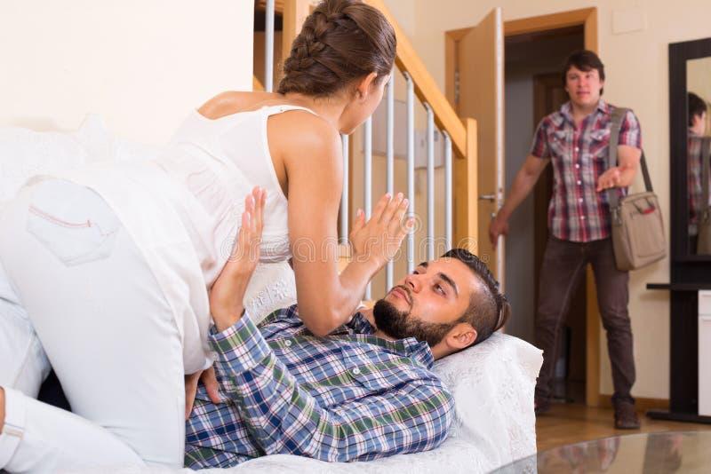 Volwassen en bedriegende partner thuis stock foto