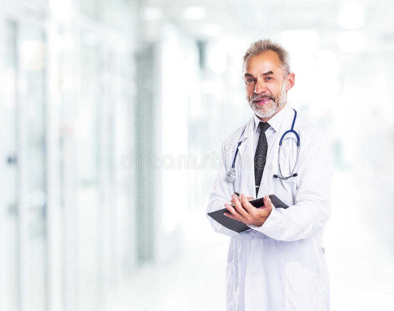 Volwassen gekwalificeerde artsendiagnosticus stock foto's