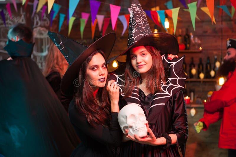 Volwassen heks met een eng merk die omhoog met een griezelig gezicht de camera bekijken royalty-vrije stock fotografie