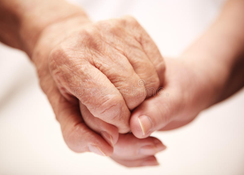 Volwassen helpende oudste in het ziekenhuis stock foto