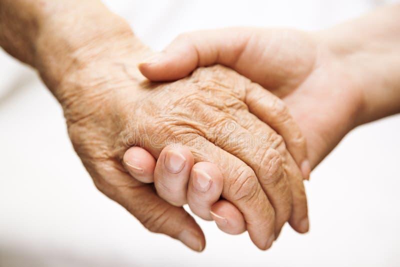 Volwassen helpende oudste in het ziekenhuis stock foto's