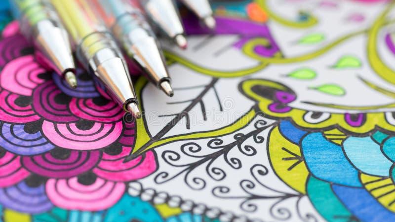 Volwassen kleurend boek, nieuwe spannings verlichtende tendens Kunsttherapie, geestelijk gezondheid, creativiteit en mindfulnessc stock fotografie