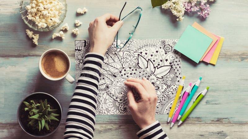 Volwassen kleurende boeken, mindfulnessconcept royalty-vrije stock afbeelding