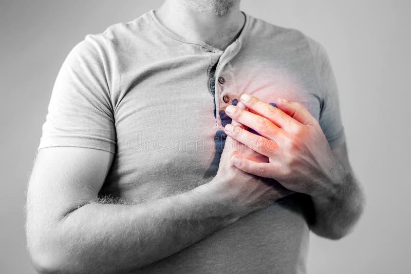 Volwassen mannetje met hartaanval of de voorwaarde van de hartbrandwond, gezondheid en stock fotografie