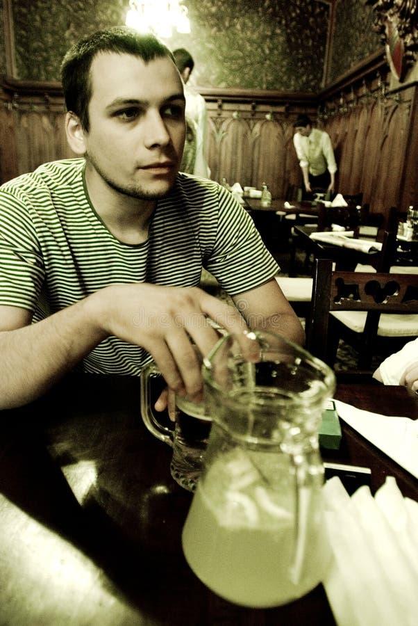 Volwassen mannetje in restaurant royalty-vrije stock fotografie