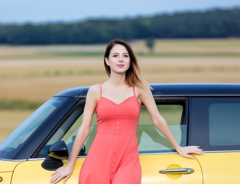 Volwassen meisje dichtbij auto stock foto