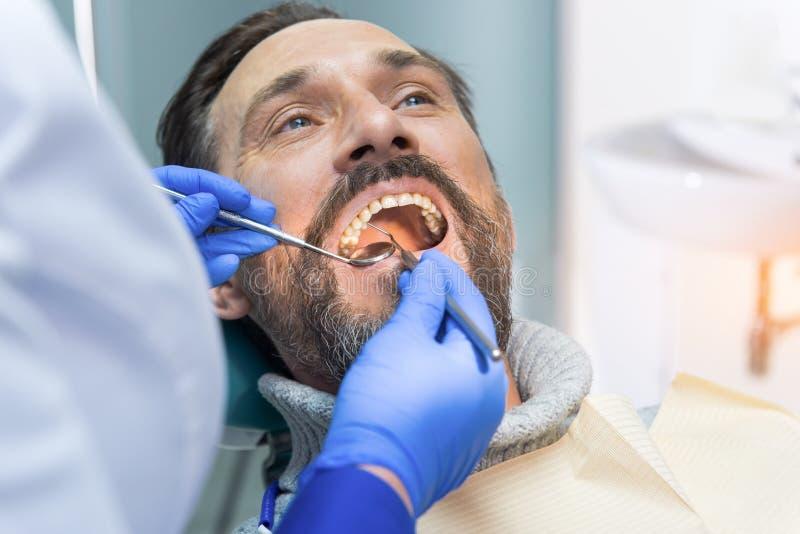 Volwassen mens bij de tandarts royalty-vrije stock foto's