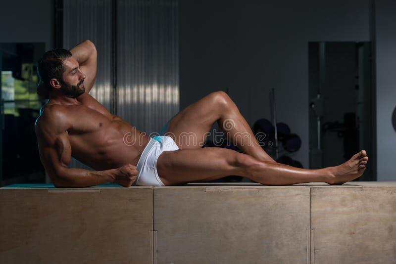 Volwassen Mens die in Ondergoed in Gymnastiek rusten royalty-vrije stock fotografie