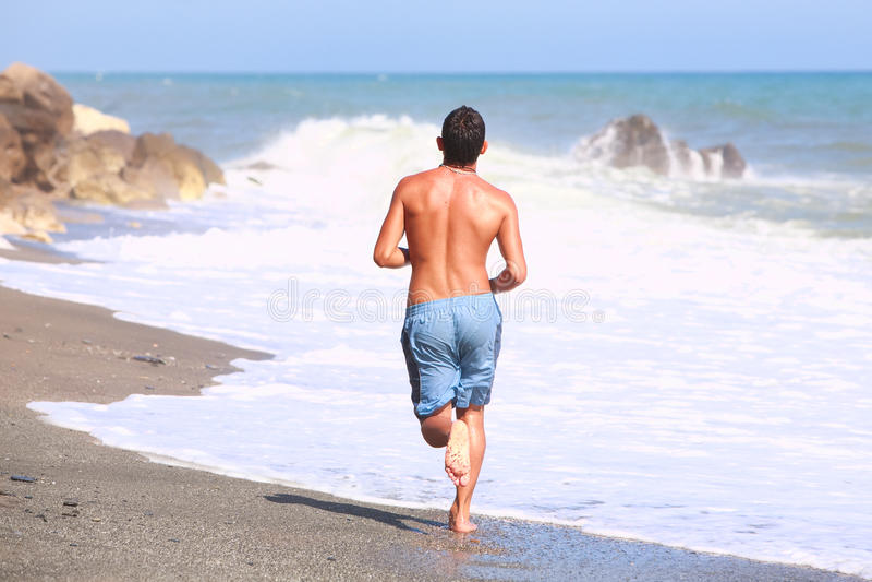 Volwassen Mens die op het Strand lopen royalty-vrije stock foto