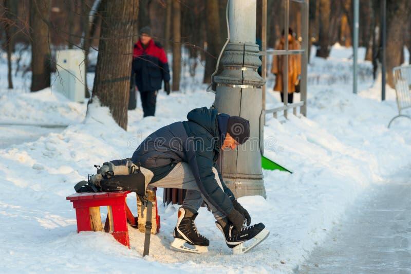 Volwassen mens die op vleten in Sokolniki-Park 23 zetten 01 2019 stock afbeeldingen