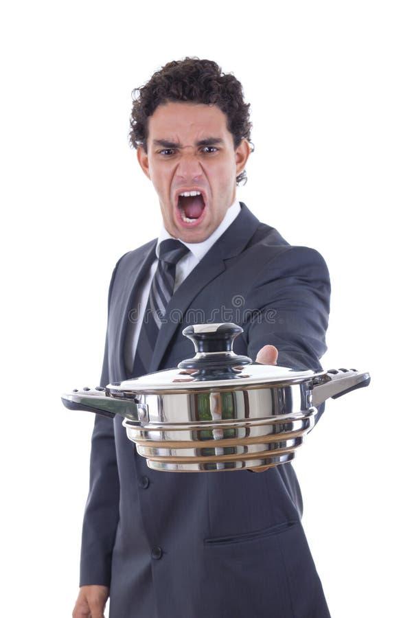 Volwassen mens die pot voor het koken met uitdrukking bekijken stock afbeeldingen