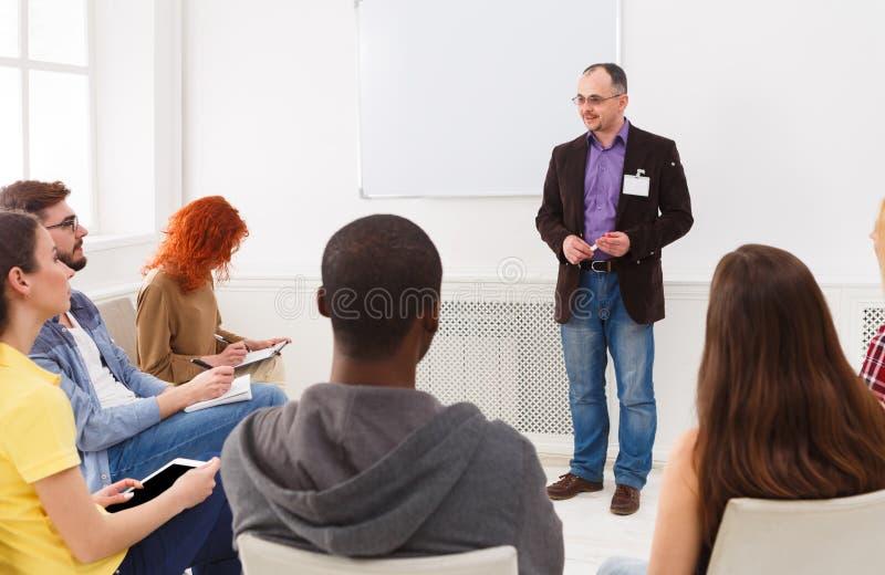 Volwassen mens die presentatie in de ruimte van het bureauexemplaar doen royalty-vrije stock fotografie