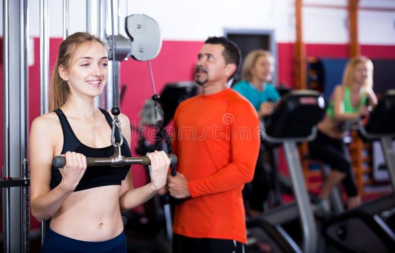 Volwassen mensen die sterkte opleiding in gymnastiek hebben stock afbeelding
