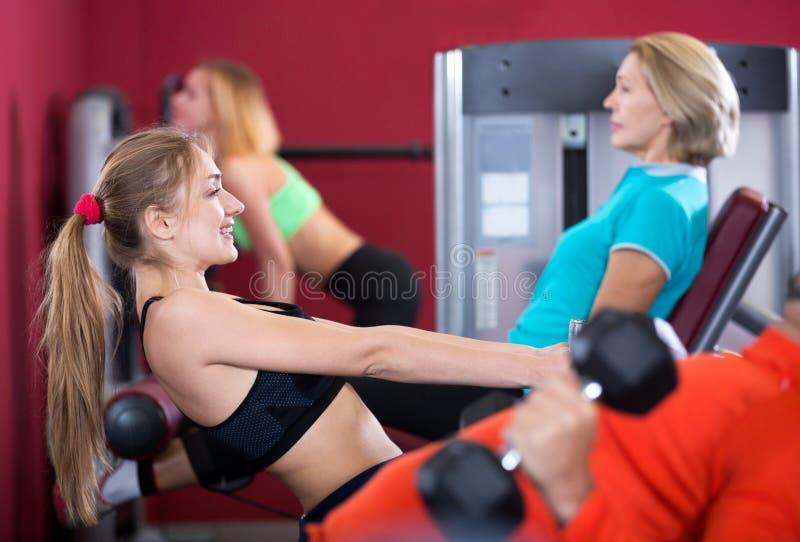 Volwassen mensen die sterkte opleiding in gymnastiek hebben royalty-vrije stock afbeelding