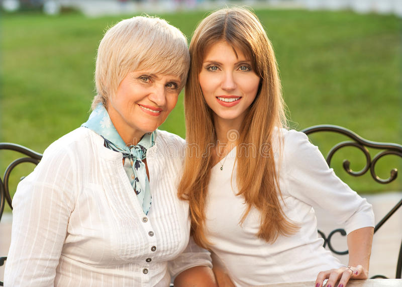 Volwassen moeder en dochter stock foto