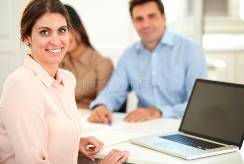 Volwassen onderneemster die aan haar laptop werken royalty-vrije stock foto