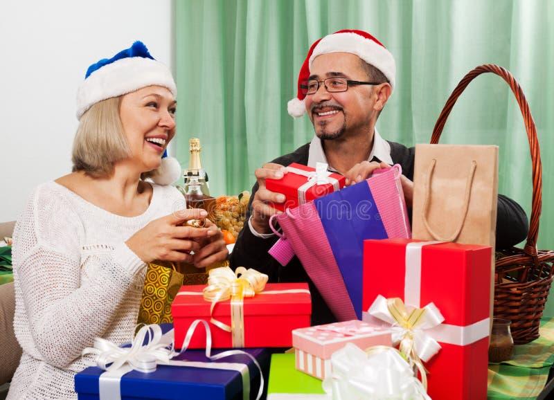 Volwassen personen die voor het vieren van Kerstmis voorbereidingen treffen stock afbeelding