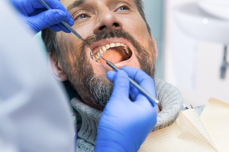 Volwassen persoon bij de tandarts stock foto