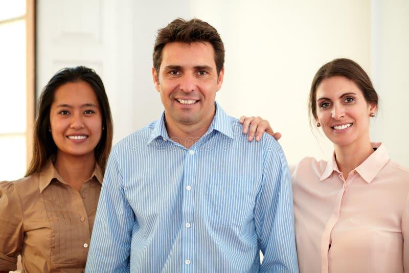 Volwassen professioneel team die bij u glimlachen royalty-vrije stock fotografie
