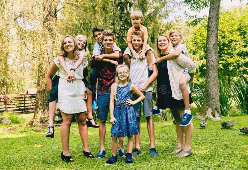 Volwassen siblings met kleine zusters en broers stock foto