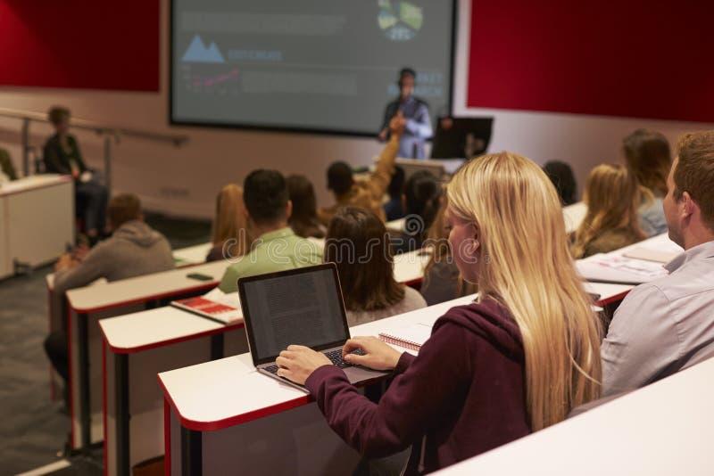 Volwassen student die laptop computer met behulp van bij een universitaire lezing royalty-vrije stock fotografie