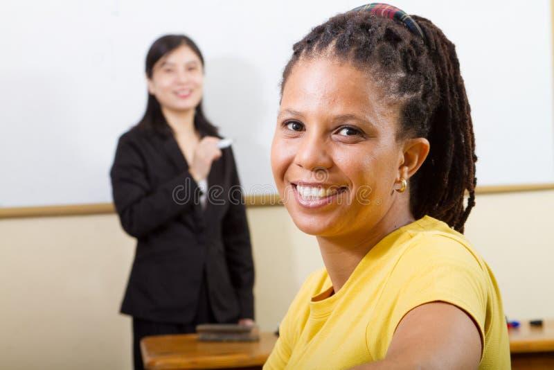 Volwassen student in klaslokaal stock afbeeldingen