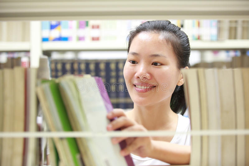 Volwassen student in libray royalty-vrije stock afbeelding