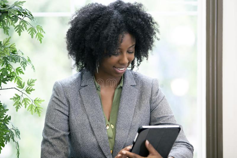 Volwassen Student Taking een Online Cursus met een Tablet stock foto's