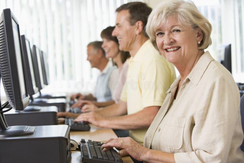 Volwassen studenten op een computer stock foto