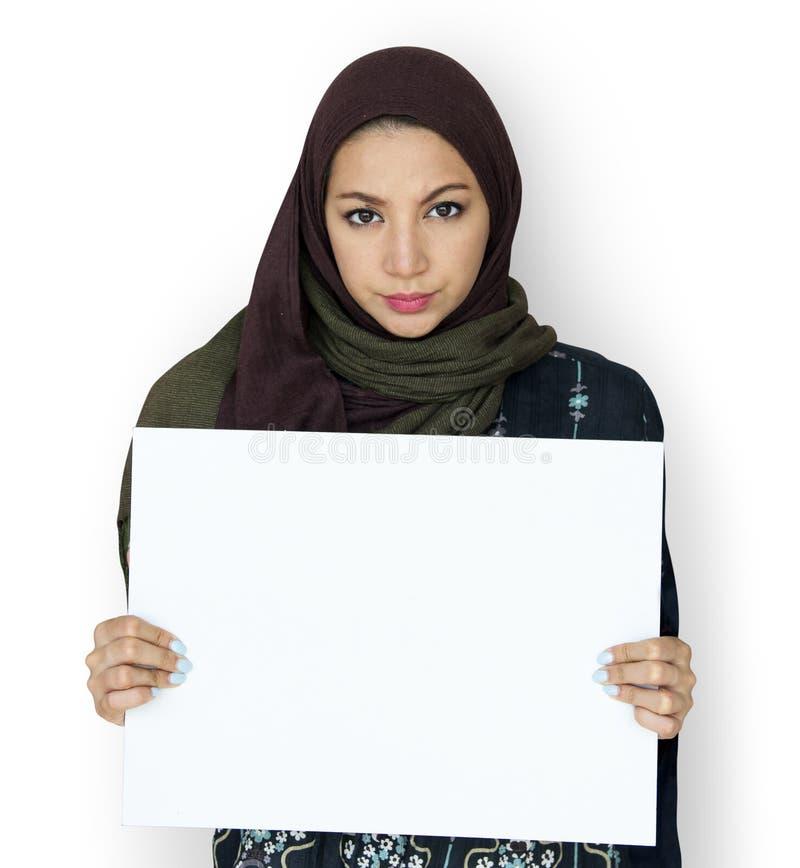 Volwassen van het de Greep Lege Karton van Vrouwenhanden het Exemplaarruimte royalty-vrije stock afbeeldingen