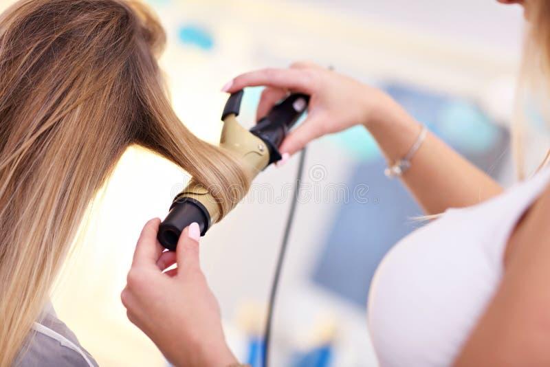 Volwassen vrouw bij de haarsalon stock foto