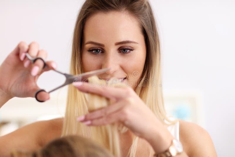 Volwassen vrouw bij de haarsalon stock afbeelding