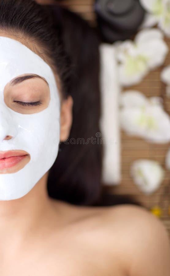Volwassen vrouw die schoonheidsbehandelingen in de kuuroordsalon hebben stock afbeeldingen